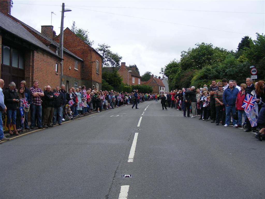 Crowds on East Road just before the flame arrived